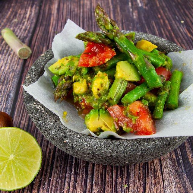 Rezept: Grüner Spargelsalat mit Avocado